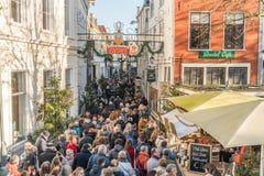 Visitantes que incorporam o festival anual de Dickens na cidade velha fotos de stock