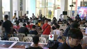 Visitantes que jogam jogos de mesa no engodo cômico, Banguecoque, Tailândia - 21 de abril de 2017 filme