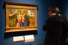 Visitantes que olham a pintura na galeria de arte de Brera, Milão Foto de Stock Royalty Free
