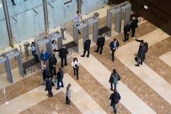 Visitantes que pasan el control de seguridad Imagen de archivo
