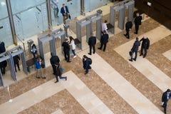 Visitantes que pasan el control de seguridad Fotografía de archivo libre de regalías