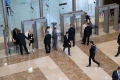 Visitantes que pasan el control de seguridad Fotos de archivo