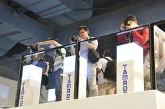 Visitantes que prueban la lente de Tamron foto de archivo