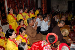 Visitantes que queman ceremonia del incienso en el tempel del CCB de Kiep Fotografía de archivo