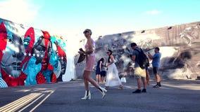 Visitantes que toman imágenes de la calle Art Wynwood Miami almacen de metraje de vídeo