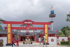 Visitantes que toman la foto delante de la entrada de Ninjago Imagen editorial fotografía de archivo libre de regalías