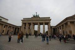 Visitantes que toman las fotos de la puerta de Brandeburgo histórica foto de archivo libre de regalías