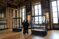 Visitantes que ven muchas obras maestras inestimables exhibidas en el Louvre, París, Francia, 2016 Imágenes de archivo libres de regalías