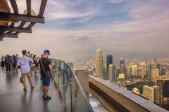 Visitantes sobre a torre de Menara quilolitro em Kuala Lumpur imagem de stock royalty free