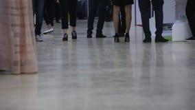 Visitantes y expositores del tiroteo a cámara lenta de la exposición de arte de los pies inferiores del punto de hombres y de muj almacen de metraje de vídeo