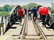 Visitar el puente ferroviario de la muerte en Kanchanaburi, Tailandia Foto de archivo