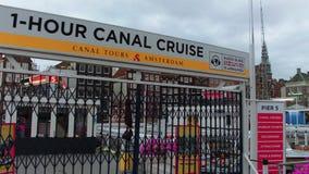 Visitas turísticas en barco en los canales de Amsterdam - AMSTERDAM - LOS PAÍSES BAJOS - 19 de julio de 2017 almacen de metraje de vídeo