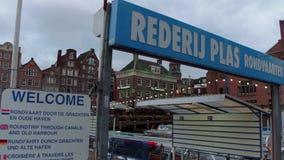 Visitas turísticas en barco en los canales de Amsterdam - AMSTERDAM - LOS PAÍSES BAJOS - 19 de julio de 2017 metrajes