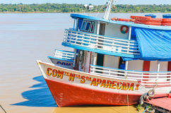 Visite barcos nos bancos do Rio Madeira Foto de Stock