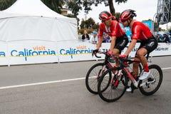 Visite d'Amgen de la Californie Les cyclistes croisent la ligne d'arriv?e dans la baie de Morro photos libres de droits