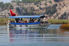 Visite de bateau dans Dalyan Image stock