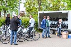 Visite de bicyclette avec des patients de coeur artificiel d'Elisabeth-Kranken photos libres de droits