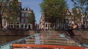 Visite de canal d'Amsterdam en le bateau - voyage de visite touristique populaire banque de vidéos