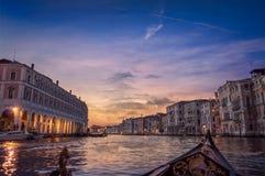 Visite de canal de soirée dans le coucher du soleil 2 de drame de Venise photographie stock libre de droits