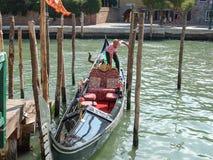 Visite de gondole : canal, bateaux et vieilles maisons de brique à Venise, Italie, l'Europe photographie stock libre de droits