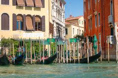 Visite de gondole : canal, bateaux et vieilles maisons de brique à Venise, Italie, l'Europe photos libres de droits