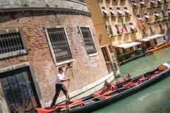 Visite de gondole : canal, palais, bateaux et vieilles maisons de brique à Venise, Italie, l'Europe images libres de droits