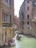 Visite de gondole : canal, palais, bateaux et vieilles maisons de brique à Venise, Italie, l'Europe photo libre de droits