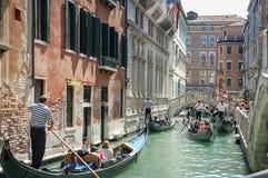 Visite de gondole : canal, palais, bateaux et vieilles maisons de brique à Venise, Italie, l'Europe photographie stock libre de droits