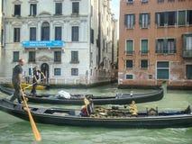 Visite de gondole : canal, palais, bateaux et vieilles maisons de brique à Venise, Italie, l'Europe image stock