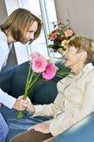 visite de grand-mère de petite-fille Image libre de droits