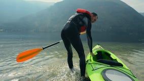 Visite de kayak sur le lac banque de vidéos