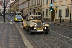 Visite de la ville sur une vieille voiture. Photographie stock