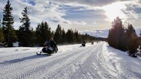 Visite de motoneige au parc national de Yellowstone photographie stock
