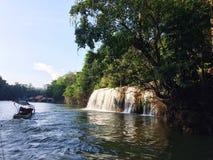 Visite de radeau et de bateau à la cascade Sai Yok Kanchanaburi Thailand photographie stock
