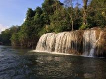 Visite de radeau et de bateau à la cascade Sai Yok Kanchanaburi Thailand photo libre de droits