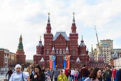Visite de touristes du musée historique d'état sur la place rouge en M Photographie stock