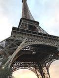 Visite Eiffel avec le coucher du soleil photographie stock