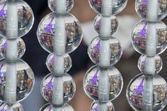 Visite Eiffel dentro das bolas de cristal das bolhas suspendidas no ar Fotos de Stock
