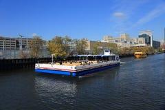 Visite el río Chicago en la caída para ver la arquitectura y el paisaje a ambos lados del río imágenes de archivo libres de regalías