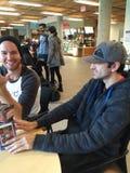 Visite et étude de Tim Hortons avec des amis image stock