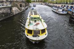 Visite a navigação do barco em um canal em Berlim, Alemanha Imagens de Stock Royalty Free
