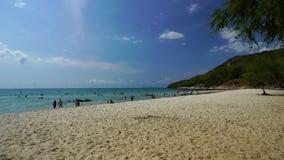 Visite non identifi?e Sai Kaew Beach de personnes chez Rayong, Tha?lande banque de vidéos