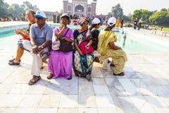 Visite Taj Mahal de personnes à Âgrâ Image libre de droits