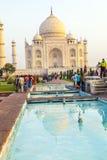 Visite Taj Mahal de personnes à Âgrâ, Inde Photos libres de droits