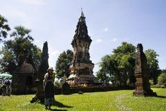 Visite thaïlandaise et respect de voyage de femme priant Chedi ou stupa Phra ce Kong Khao NOI photos stock