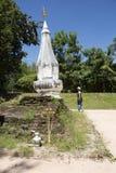 Visite thaïlandaise et respect de voyage de femme priant Chedi ou stupa Phra ce Kong Khao NOI images stock