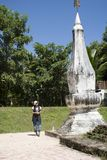 Visite thaïlandaise et respect de voyage de femme priant Chedi ou stupa Phra ce Kong Khao NOI images libres de droits