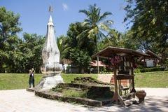Visite thaïlandaise et respect de voyage de femme priant Chedi ou stupa Phra ce Kong Khao NOI image stock
