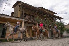 Visite touristique à cheval en Equateur photographie stock libre de droits