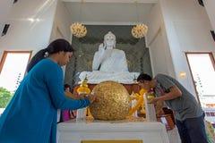 visite Wat Ku de personnes à la boule d'or sacrée Photos libres de droits
